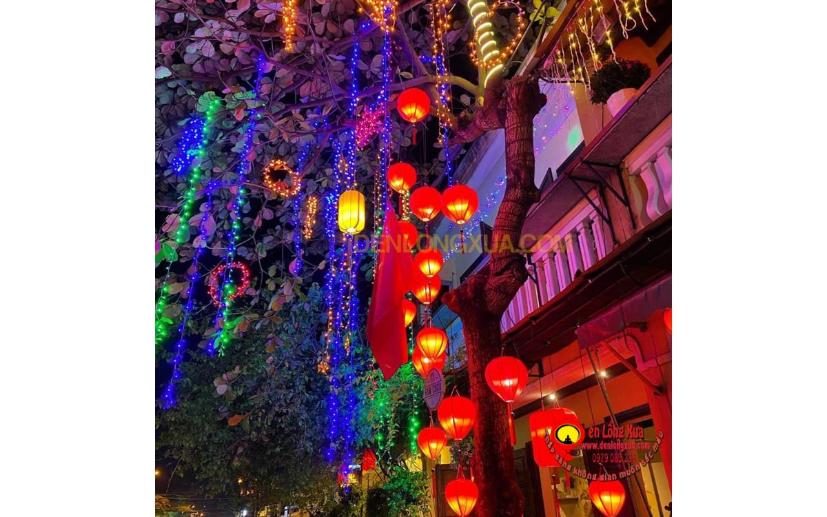 Đèn lồng treo cho cây cối ngoài nhà hàng quán cafe