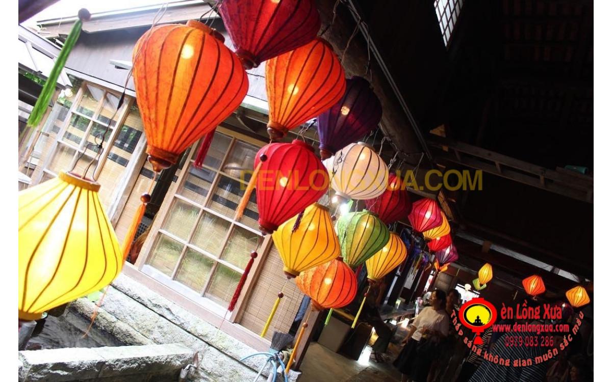 Đèn lồng nhiều sắc màu trang trí điểm du lịch đón tết