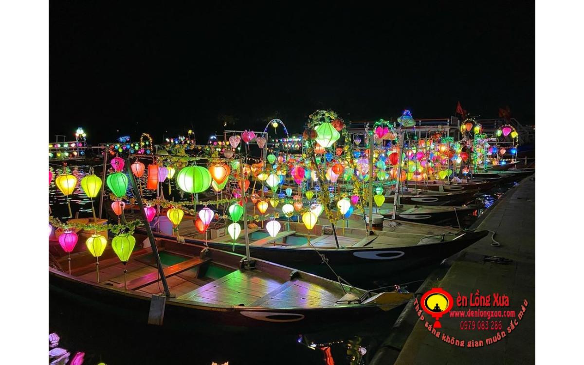 Đèn lồng trang trí thuyền bè chuẩn bị mùa du lịch