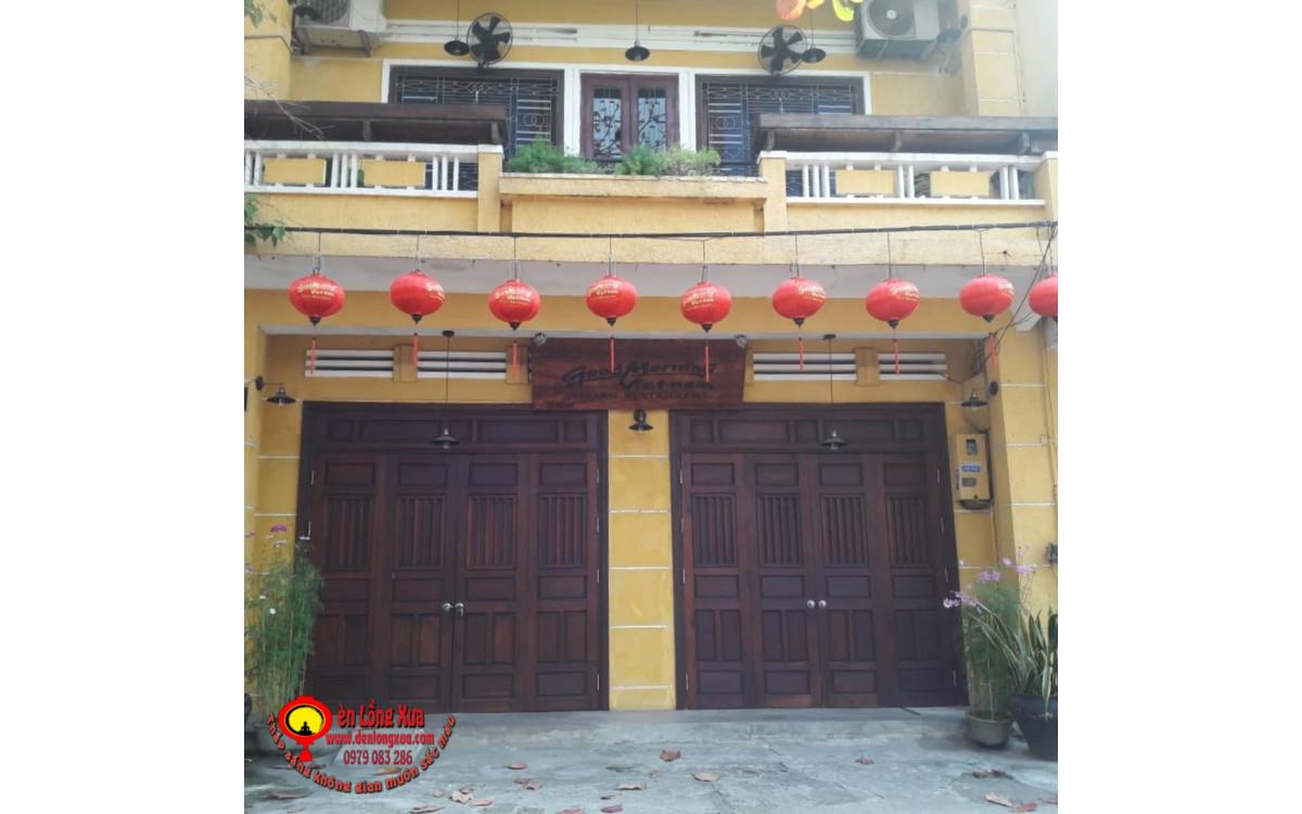 Đèn lồng tròn đỏ trang trí mái hiên trước nhà hàng