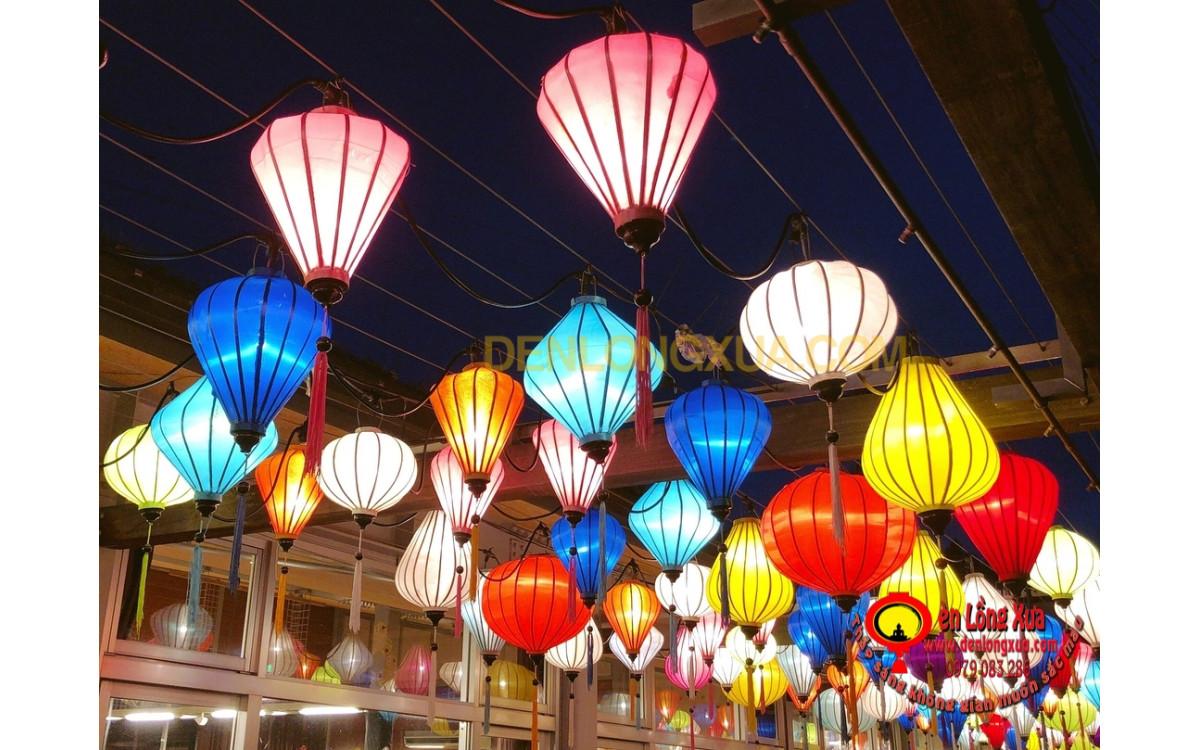 Đèn lồng nhiều sắc màu trang trí thả lưới nơi công cộng