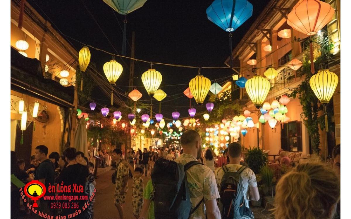 Thắp sáng không gian đường phố với đèn lồng trang trí