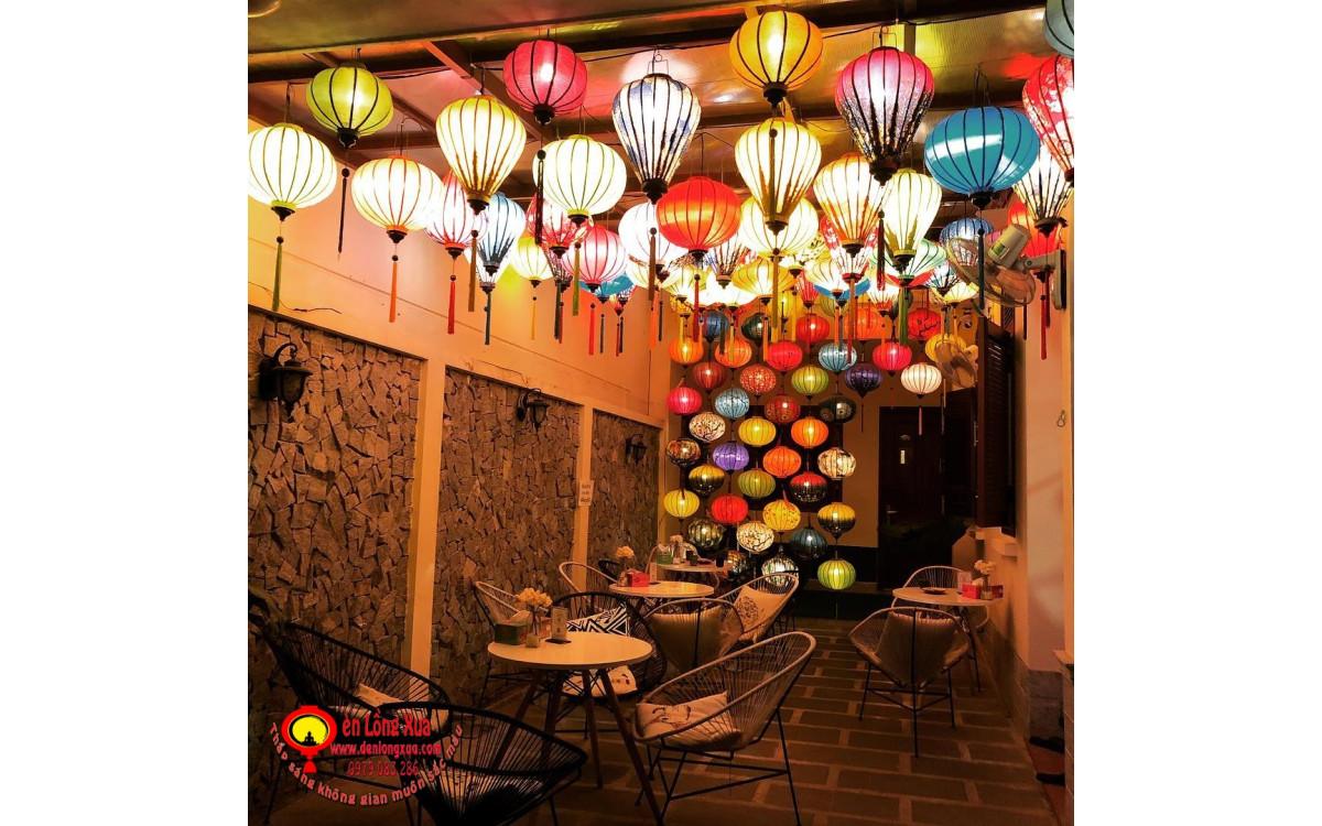 Quán cafe đẹp với đèn lồng trang trí