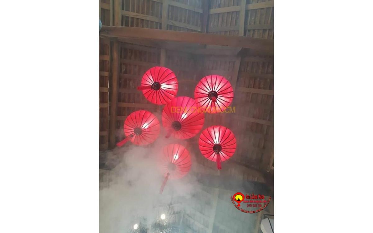 Chùm đèn lồng đỏ trang trí mái nhà cao